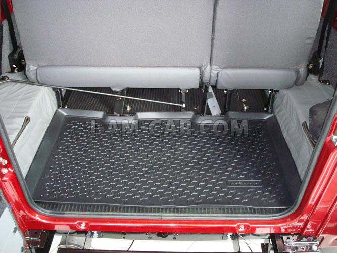 На багажнике ездит запаска, два трака, хайджек и всякое барахло